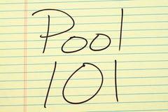 Pool 101 auf einem gelben Kanzleibogenblock Stockbild