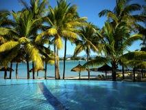 Pool auf einem tropischen Strand Lizenzfreies Stockfoto