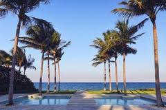 Pool auf einem tropischen Strand Stockbild