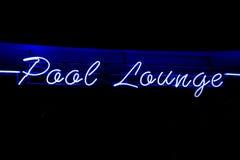 Pool-Aufenthaltsraumneonzeichen Stockfoto