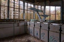 Pool-Azurblau in verlassener Geisterstadt von Pripyat in der Entfremdungszone des Atomkraftwerks Tschornobyls 32 Jahre ohne Leute lizenzfreie stockfotos