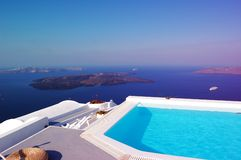 Pool bei Santorini, Italien Stockbild