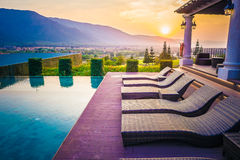 Pool, Berg en zonsondergang, Thailand Royalty-vrije Stock Foto