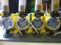 Pool-Betriebschemikalie, die Pumpen dosiert Stockfoto