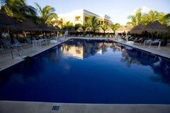 Pool bij luxetoevlucht in Mexico royalty-vrije stock afbeelding