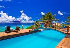 Pool bij tropisch strand Royalty-vrije Stock Afbeeldingen