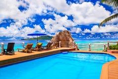 Pool bij tropisch strand Royalty-vrije Stock Foto