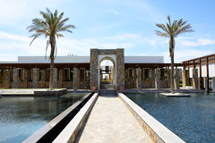 The pool and building of luxury hotel Royalty Free Stock Images