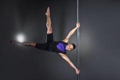 Pool-dansmens over zwarte achtergrond met flitsen Royalty-vrije Stock Afbeeldingen