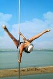Pool-dansvrouw in hoed tegen overzeese achtergrond. Stock Foto