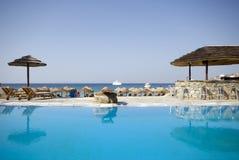 Pool an der griechischen Inselrücksortierung Stockfotos