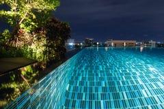 Pool an der Nacht mit dem üppigen Grün und an der Beleuchtung für das Hauptdesign lizenzfreies stockfoto