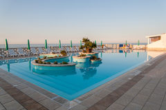 Pool die de Middellandse Zee in Puglia, Italië overzien Stock Afbeelding
