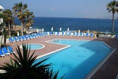 Pool durch das Meer Stockfotografie