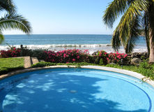 Pool durch den Ozean Lizenzfreie Stockfotos