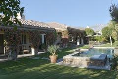 Pool durch Haus gegen klaren Himmel Stockbilder