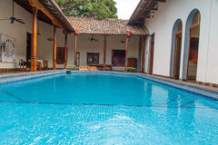 Pool in einem Kolonialgarten von einem Haus Stockfoto