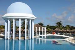 Pool in einem netten Hotel Stockbilder
