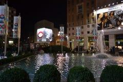 Pool en fontein van het vierkant van San Babila voor de Kerstmisvakantie die wordt verfraaid royalty-vrije stock foto's