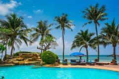 Pool en palmen op overzeese kust Thailand, Koh Chang, Royalty-vrije Stock Afbeelding