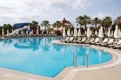Pool en palmen van hotel in Turkije Stock Afbeeldingen
