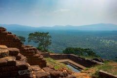 Pool in het koninklijke tuinpaleis complex op de bovenkant van de Rots of Lion Rock van Sigiriya dichtbij Dambulla in Sri Lanka royalty-vrije stock foto
