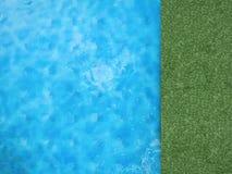Pool hoogste mening met groen gras stock foto