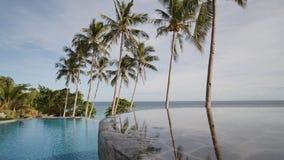 Pool im Freien mit Palmen durch den Ozean Exotische Ferien philippinen stock video footage