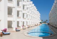 Pool im Hotel Lizenzfreie Stockfotos