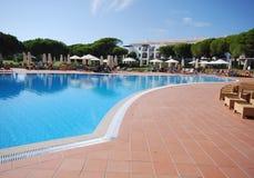 Pool im Luxushotel lizenzfreies stockfoto