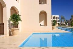 Pool im tropischen Hotel. Lizenzfreie Stockfotos