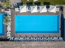 Pool in mediterrane tuinarchitectuur in hoogste mening Foto van de hommel Royalty-vrije Stock Foto