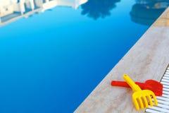 Pool met blauw water Stock Afbeeldingen