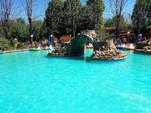 Pool met blauw water en watermachines als aantrekkelijkheden in het stadspretpark royalty-vrije stock fotografie