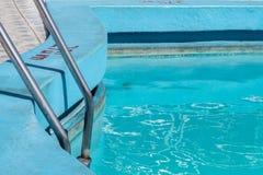 Pool met ladder en blauwe verf, Havana stock afbeeldingen