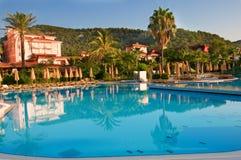 Pool met turkoois water dichtbij een hotel Stock Afbeeldingen