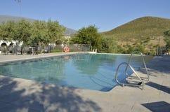Pool mit Ansichten zum Berg Lizenzfreie Stockfotos