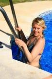 Pool mit Frau Lizenzfreie Stockbilder
