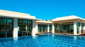 Pool mit Gebäude des blauen Wassers und des Restaurants Lizenzfreie Stockfotos