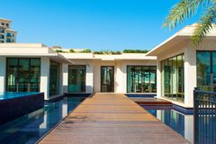 Pool mit Gebäude des blauen Wassers und des Restaurants Stockfoto