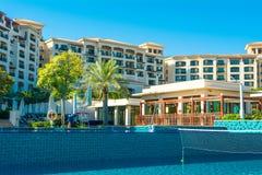 Pool mit Gebäude des blauen Wassers und des Restaurants Stockbilder