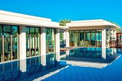 Pool mit Gebäude des blauen Wassers und des Restaurants Stockbild