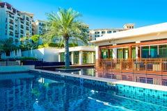 Pool mit Gebäude des blauen Wassers und des Restaurants Lizenzfreie Stockfotografie