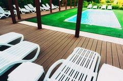 Pool mit Klubsesseln Lizenzfreies Stockfoto