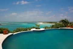 Pool mit Ozean-Ansicht Stockfoto