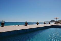 Pool mit Ozeanansicht Lizenzfreie Stockfotografie