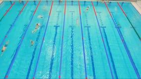 Pool mit sich hin- und herbewegenden Leuten stock video footage