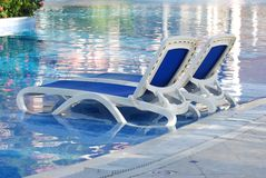 Pool mit Stühlen Stockfotos