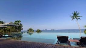 Pool mit sunbeds und Regenschirmen lizenzfreies stockfoto