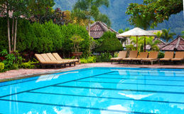 Pool mit transparentem blauem Wasser Stockbild